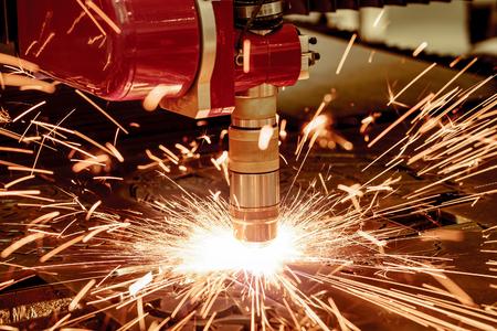 poquito: Láser CNC de corte por plasma de metales, la tecnología industrial moderna. Pequeña profundidad de campo. Advertencia - disparos auténtica en condiciones difíciles. Un poco de grano y tal vez poco borrosa.