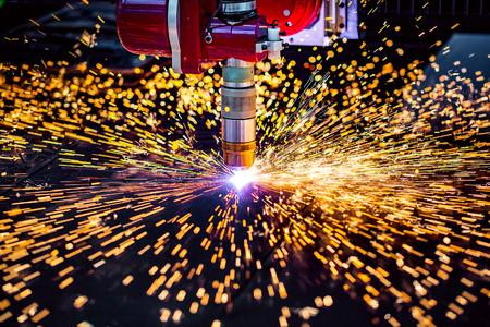 CNC Laser plasma snijden van metaal, moderne industriële technologie. Kleine scherptediepte. Waarschuwing - authentieke opnamen in uitdagende omstandigheden. Een beetje graan en misschien vaag. Stockfoto - 67018609
