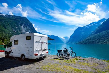 Rodzinne wakacje podróże, wyjazd wakacyjny w kamperem, pole wakacje samochodu. Piękna przyroda Norwegia naturalny krajobraz.