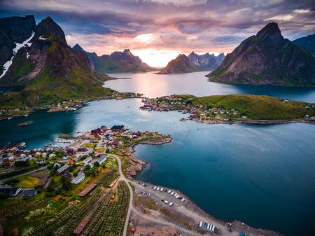 Lofoten 섬은 노르웨이 북부의 군도에있는 군도입니다. 극적인 산과 봉우리, 넓은 바다와 보호 된 만, 해변과 손길이 닿지 않은 땅이있는 독특한 경치로