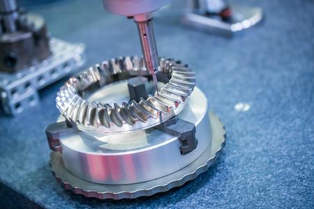 Metallbearbeitung CNC-Fräsmaschine. Schneidmetall moderne Verarbeitungstechnologie.