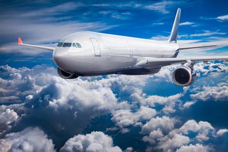 Passenger Airliner vliegen in de wolken