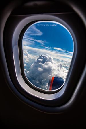 plan éloigné: Classic image through aircraft window onto jet engine Banque d'images