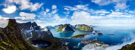 Panorama de Lofoten es un archipiélago en el condado de Nordland, Noruega. Es conocido por un distintivo paisaje con montañas y picos dramáticos, mar abierto y bahías, playas y tierras vírgenes. Foto de archivo