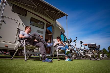 Paar im Urlaub auf einem Campingplatz. Caravan Auto Urlaub. Familienurlaub Reisen, Urlaubsreise in Wohnmobil Standard-Bild - 71399268
