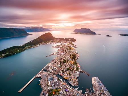 オーレスン、ノルウェー航空映像の都市で Aksla