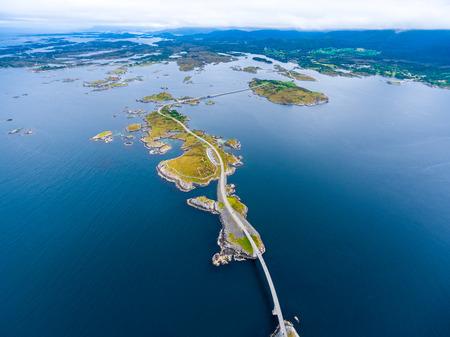 """Océano Atlántico camino o la carretera del Atlántico (Atlanterhavsveien) ha adjudicado el título de """"construcción noruega del siglo"""". El camino clasificada como una carretera turística nacional. Fotografía aérea"""