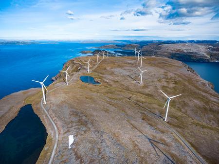 Windmolens voor stroomproductie. Arctic View, Havoysund, Noord-Noorwegen luchtfotografie.