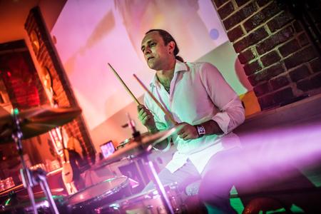 poquito: El baterista de juego en el tambor fijó en el escenario. Advertencia - tiroteo auténtico con alta iso en condiciones de iluminación difíciles. Un pequeño grano de bits y efectos de movimiento borrosas.