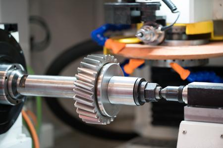 Metallbearbeitung CNC-Fräsmaschine. Schneidmetall moderne Verarbeitungstechnologie. Kleine Schärfentiefe. Warnung - authentisches Schießen in schwierigen Bedingungen. Ein wenig körnig und vielleicht verschwommen Standard-Bild