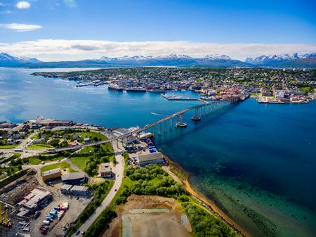 都市トロムソ、ノルウェー航空写真の橋。トロムソは、50,000 上の人口と世界の北の都市と見なされます。