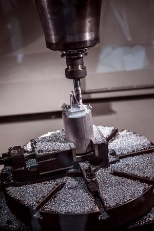 poquito: Metalmecánica fresadora CNC. Cortar metal moderno tecnología de procesamiento. Pequeña profundidad de campo. Advertencia - tiroteo auténtico en condiciones difíciles. Un poco de grano poco y tal vez borrosa.