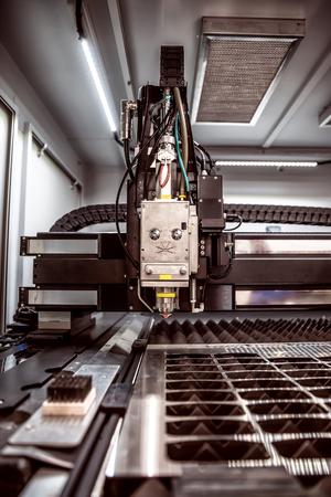 poquito: CNC de corte por láser de metal, la tecnología industrial moderna. Pequeña profundidad de campo. Advertencia - tiroteo auténtico en condiciones difíciles. Un poco de grano poco y tal vez borrosa.