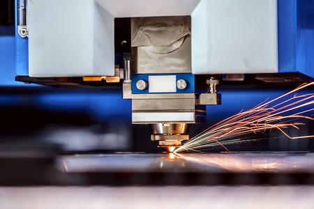 金属、現代産業技術の CNC レーザー切断。小さな被写し界深度。警告 - 本格的な厳しい条件で撮影します。少し粒、多分ぼやけています。
