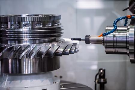 Metallbearbeitung CNC-Fräsmaschine. Schneidmetall moderne Verarbeitungstechnologie. Kleine Schärfentiefe. Warnung - authentisches Schießen in schwierigen Bedingungen. Ein wenig körnig und vielleicht verschwommen Standard-Bild - 78736748