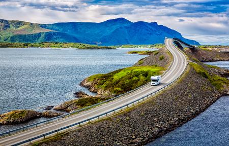 Caravan rijdt op de snelweg. Atlantic Ocean Road of de Atlantic Road (Atlanterhavsveien) heeft de titel gekregen als (Noorse bouw van de eeuw).