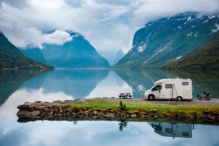 Voyage de vacances en famille, voyage de vacances en camping-car, vacances en voiture caravane. Belle nature Italie paysage naturel Alpes. Banque d'images - 84809162