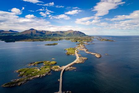 """Atlantic Ocean Road o Atlantic Road (Atlanterhavsveien) han sido galardonados con el título de """"Construcción noruega del siglo"""". La carretera clasificada como Ruta Turística Nacional. Fotografía aérea"""