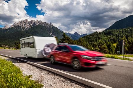 Viajes de vacaciones en familia, viaje de vacaciones en casa rodante RV, Caravan car vacaciones. Naturaleza hermosa Italia paisaje natural Alpes. Advertencia: el disparo auténtico es un desenfoque de movimiento.
