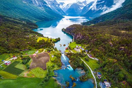 Piękna przyroda Norwegii Fotografia lotnicza naturalnego krajobrazu. jezioro lovatnet.