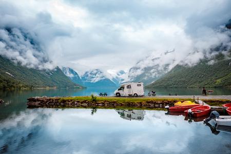 家庭度假旅行RV,在Motorhome的假日旅行,大篷车汽车假期。美丽的自然意大利自然风景阿尔卑斯。