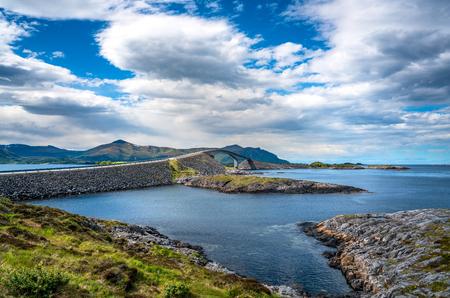 """Noruega Atlantic Ocean Road o Atlantic Road (Atlanterhavsveien) ha sido galardonado con el título de """"Construcción noruega del siglo"""". La carretera clasificada como Ruta Turística Nacional."""