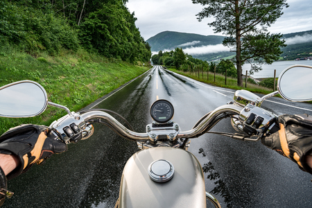 Biker rides a motorcycle in the rain. First-person view. 版權商用圖片 - 93563196