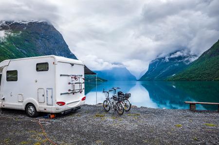 가족 휴가 여행 RV, 캠핑카에서 휴가 여행, 캐러밴 자동차 휴가. 아름다운 자연 노르웨이 자연 풍경입니다.