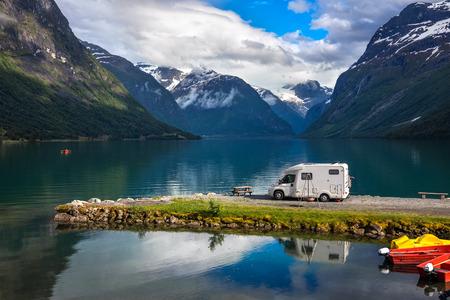 Viagens de férias em família RV, viagem de férias em motorhome, caravana carro de férias. Bela natureza paisagem natural da Noruega.