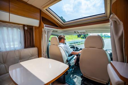 Hombre conduciendo por una carretera en la autocaravana RV. Vacaciones en coche de caravana. Viaje de vacaciones en familia, viaje de vacaciones en autocaravana.