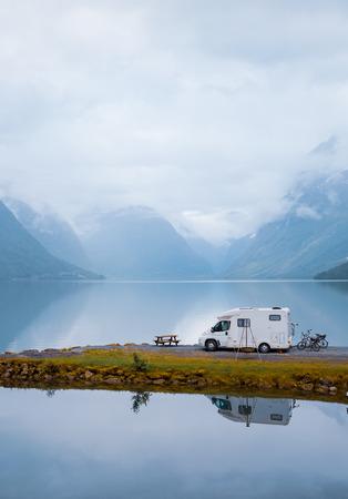 Viaje de vacaciones en familia RV, viaje de vacaciones en autocaravana, autocaravana de vacaciones. Hermoso paisaje natural de la naturaleza Noruega.