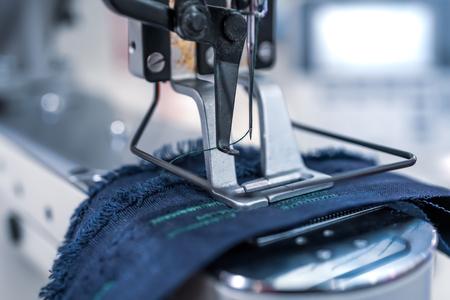 Primer plano de la máquina de coser profesional. Industria textil moderna.