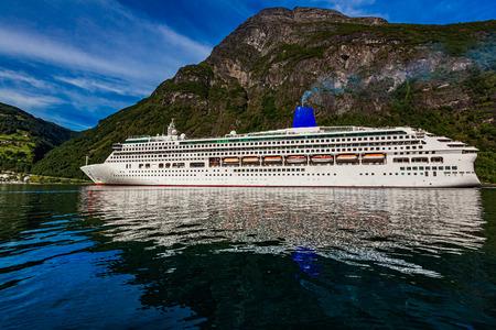 Kreuzfahrtschiff, Kreuzfahrtschiffe am Geiranger-Fjord, Norwegen. Standard-Bild