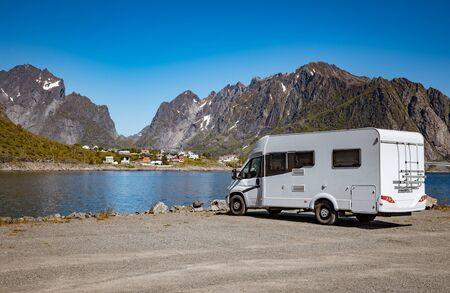 Viaje de vacaciones familiares RV, viaje de vacaciones en autocaravana, autocaravana Vacaciones. Hermosa naturaleza Noruega paisaje natural.