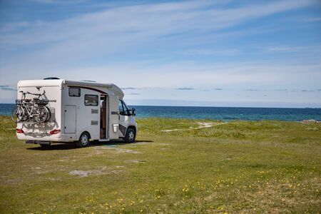 Familienurlaubsreise Wohnmobil, Urlaubsreise im Reisemobil, Wohnwagenurlaub. Schöne Natur-Norwegen-Naturlandschaft. Standard-Bild