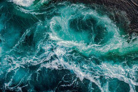 Les vagues d'eau du fleuve et de la mer se rencontrent à marée haute et à marée basse. Les tourbillons du maelström de Saltstraumen, Nordland, Norvège Banque d'images