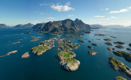 Henningsvaer Lofoten is an archipelago in the county of Nordland, Norway. Is known for a distinctive scenery with dramatic mountains and peaks, open sea and sheltered bays, beaches and untouched lands Standard-Bild