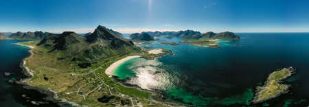 Panorama Beach Lofoten islands is an archipelago in the county of Nordland, Norway. Is known for a distinctive scenery with dramatic mountains and peaks, open sea and sheltered bays, beaches Standard-Bild
