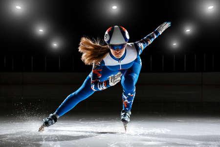 Pista corta. atleta en hielo preparando para comenzar Foto de archivo - 75919420