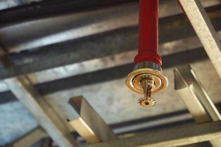 Automatische Feuerdecke Sprinkler im roten Wasserrohr System Standard-Bild - 79148289