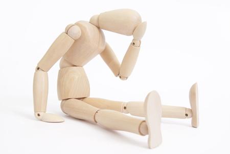 wooden puppet: Maniqu� sentado en el estado preocupado, ansioso, o pensativo