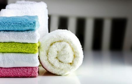 toalla: Conjunto de coloridas toallas limpias en la mesa.