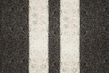 lineas blancas: L�neas blancas dobles en la carretera de asfalto para el fondo. Foto de archivo