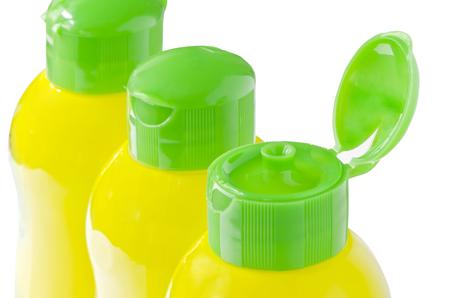 lavar platos: Portada de lavavajillas botellas de l�quidos en vista de cerca, aislado en fondo blanco, someras DOF.