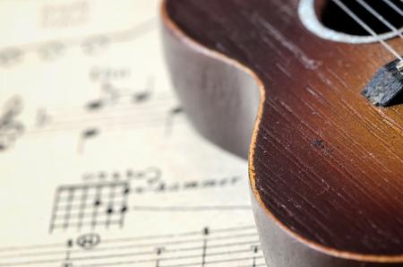 guitarra: La vieja guitarra en el fondo libro de canciones, enfoque suave. Foto de archivo
