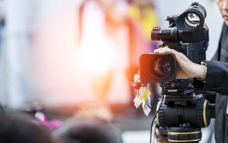 Videocamera operator werkt met zijn apparatuur