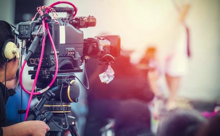 자신의 장비로 작업하는 비디오 카메라 운영자