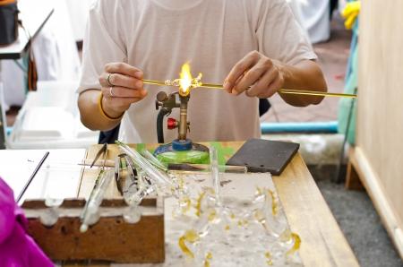 reforming: El vidrio es formado por el fuego caliente.