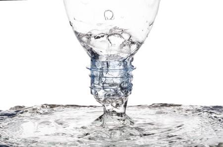 白で隔離をミラー化するために水を注ぐ 写真素材