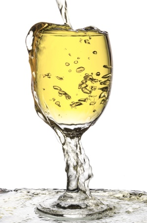 ovwe flow pouring white wine isolated on white Standard-Bild